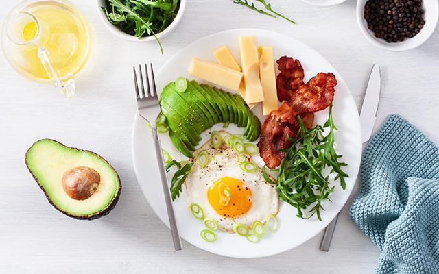 Jajca na oko s slanino in zelenjavo