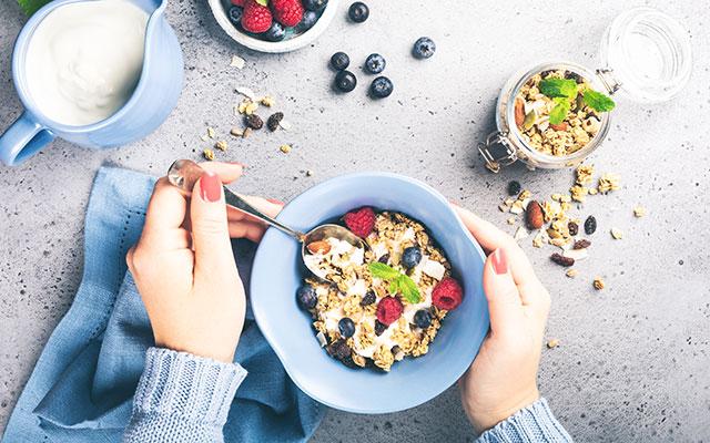 Ovseni kosmiči z jogurtom in sadjem